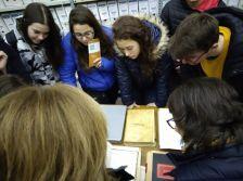 Visita dels estudiants a la Biblioteca i a l'Arxiu municipal de Gelida