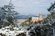 Vista General al fons de Gelida nevada, a primera vista l'Esglesia de Sant Pere del Castell de Gelida
